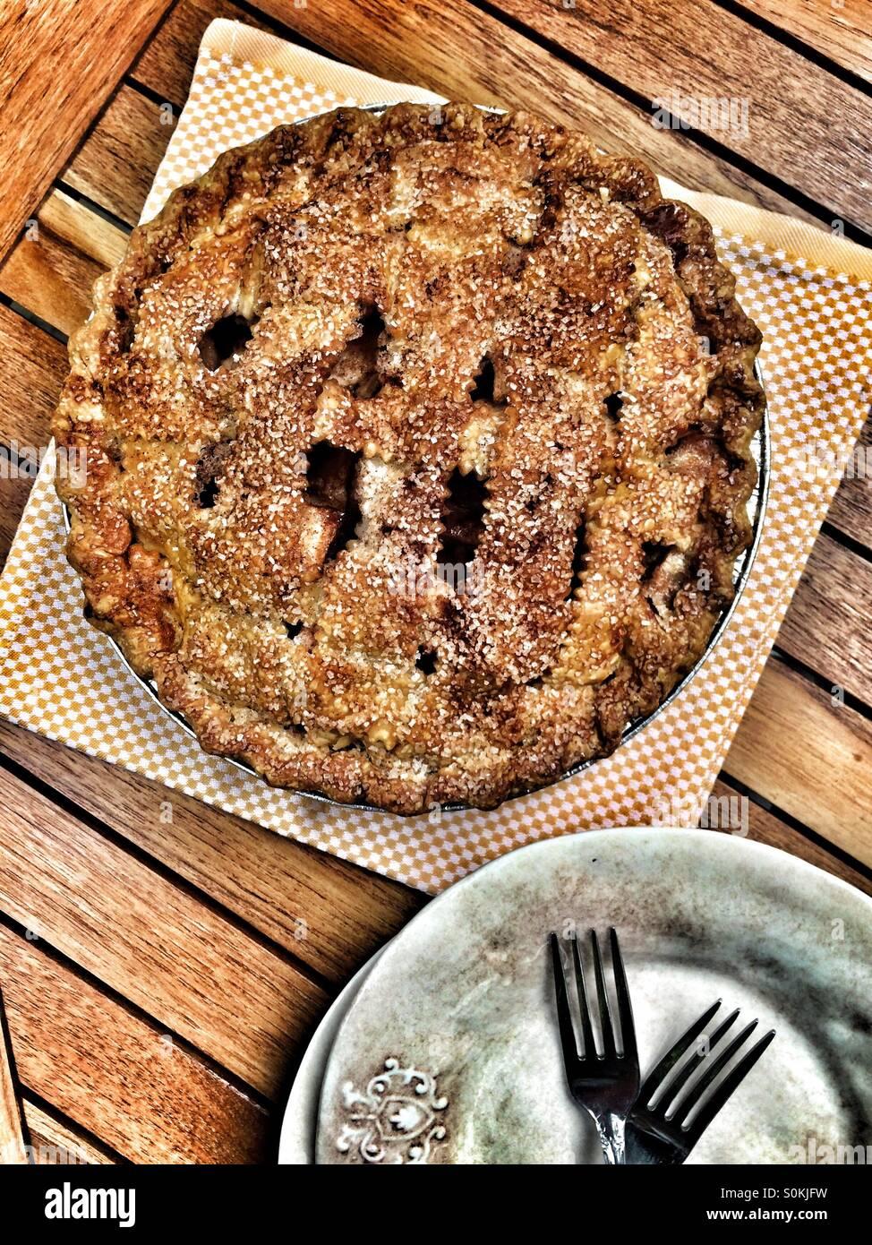 Tarta de manzana con dos placas Foto de stock