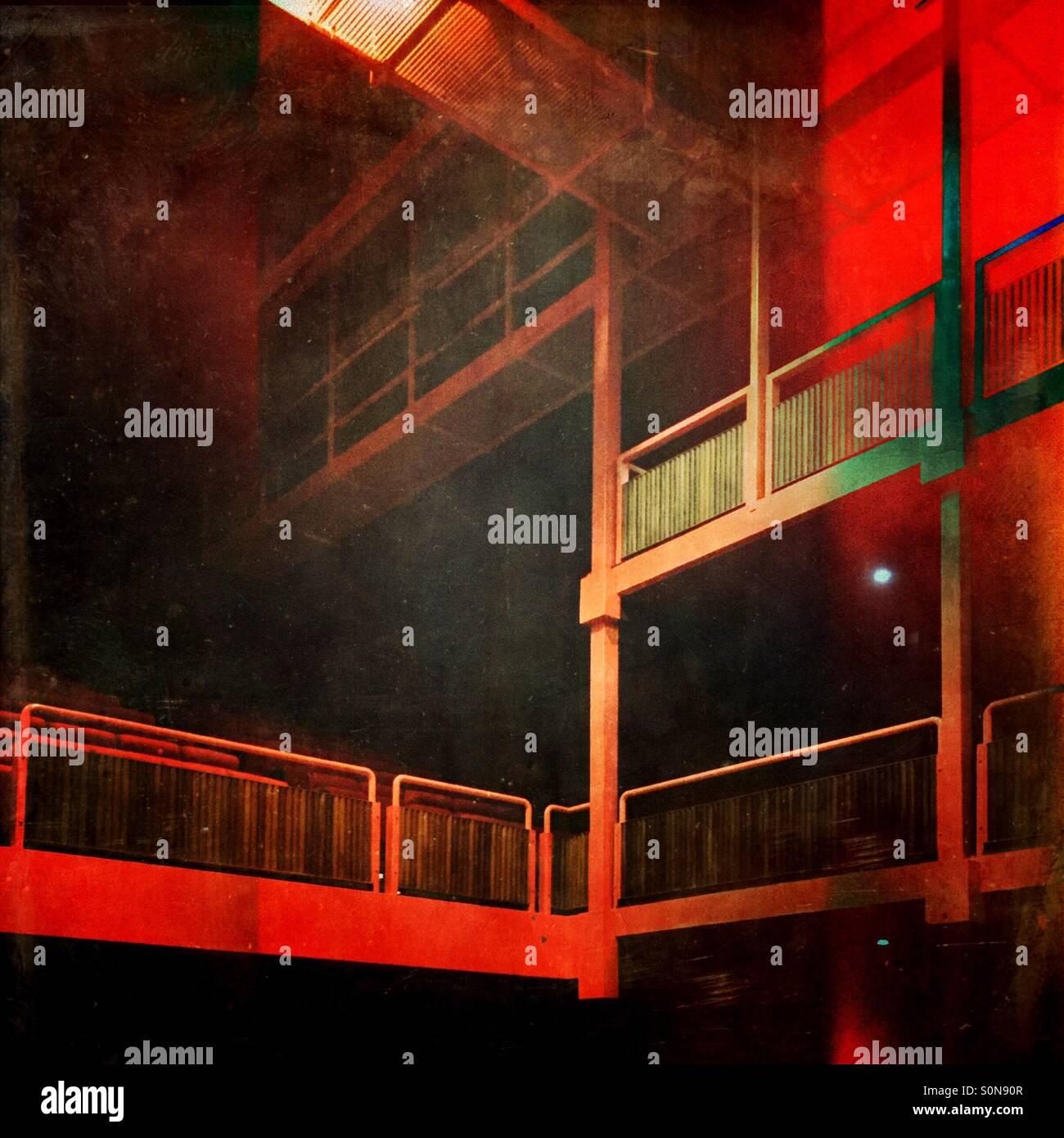 Balcón de metal estructura de una sala de conciertos con asientos y de pie. Imagen De Stock