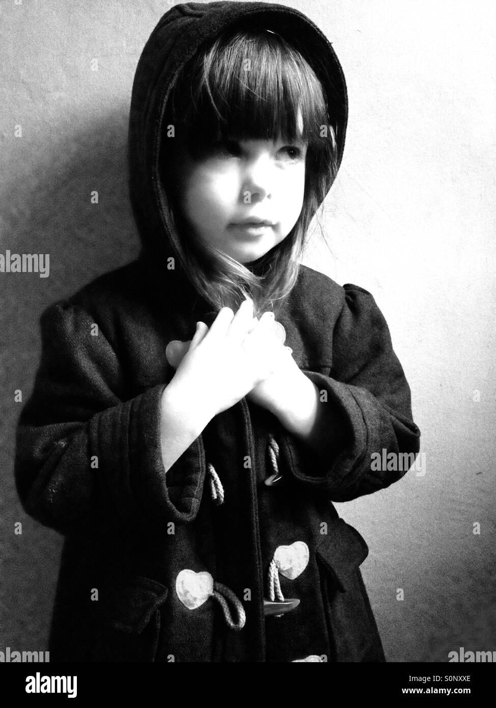 Niña de 3 años vistiendo duffle coat Imagen De Stock