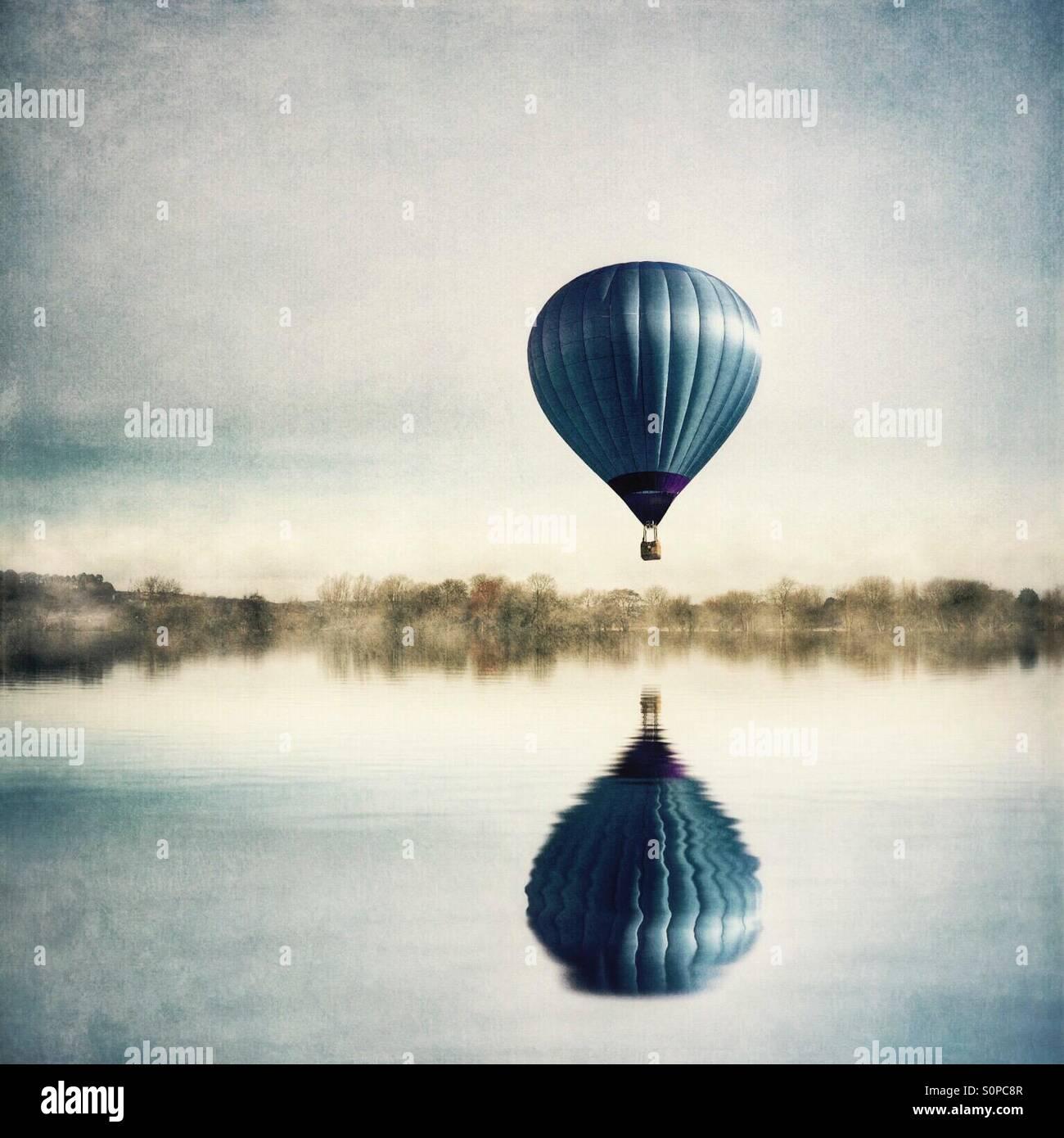 La reflexión de un globo de aire caliente en el lago Imagen De Stock