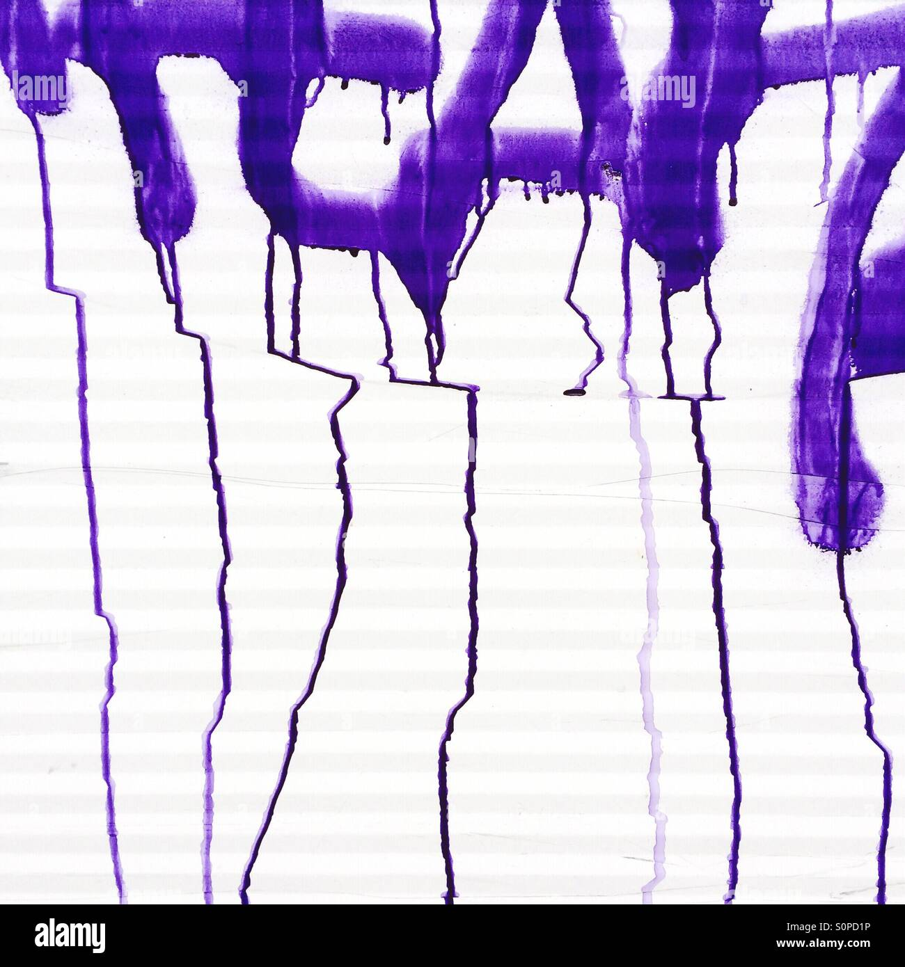 Tinta de graffiti que se ejecuta a través de superficie corrugada blanca Foto de stock