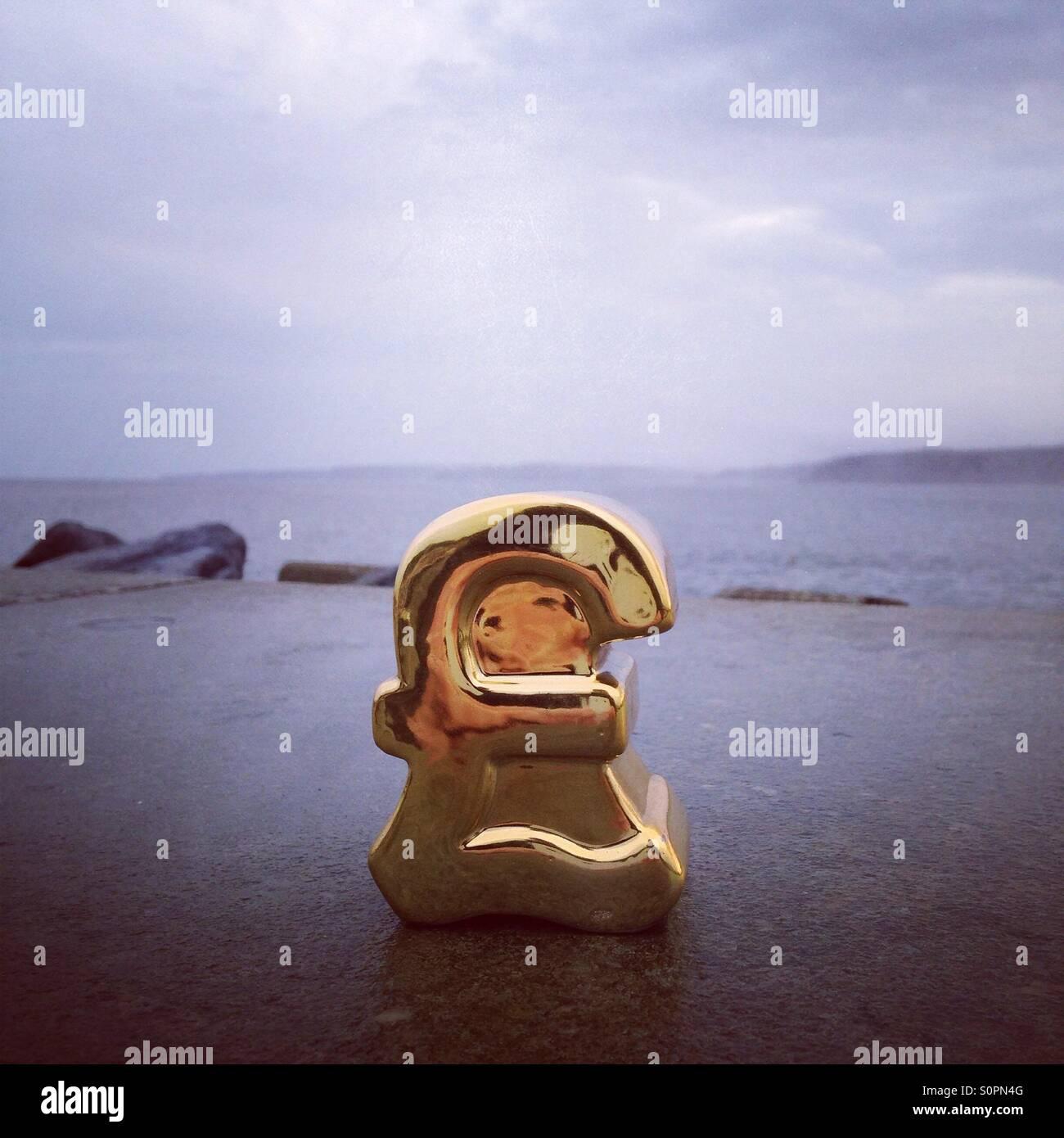 Libra de oro en el mar Imagen De Stock