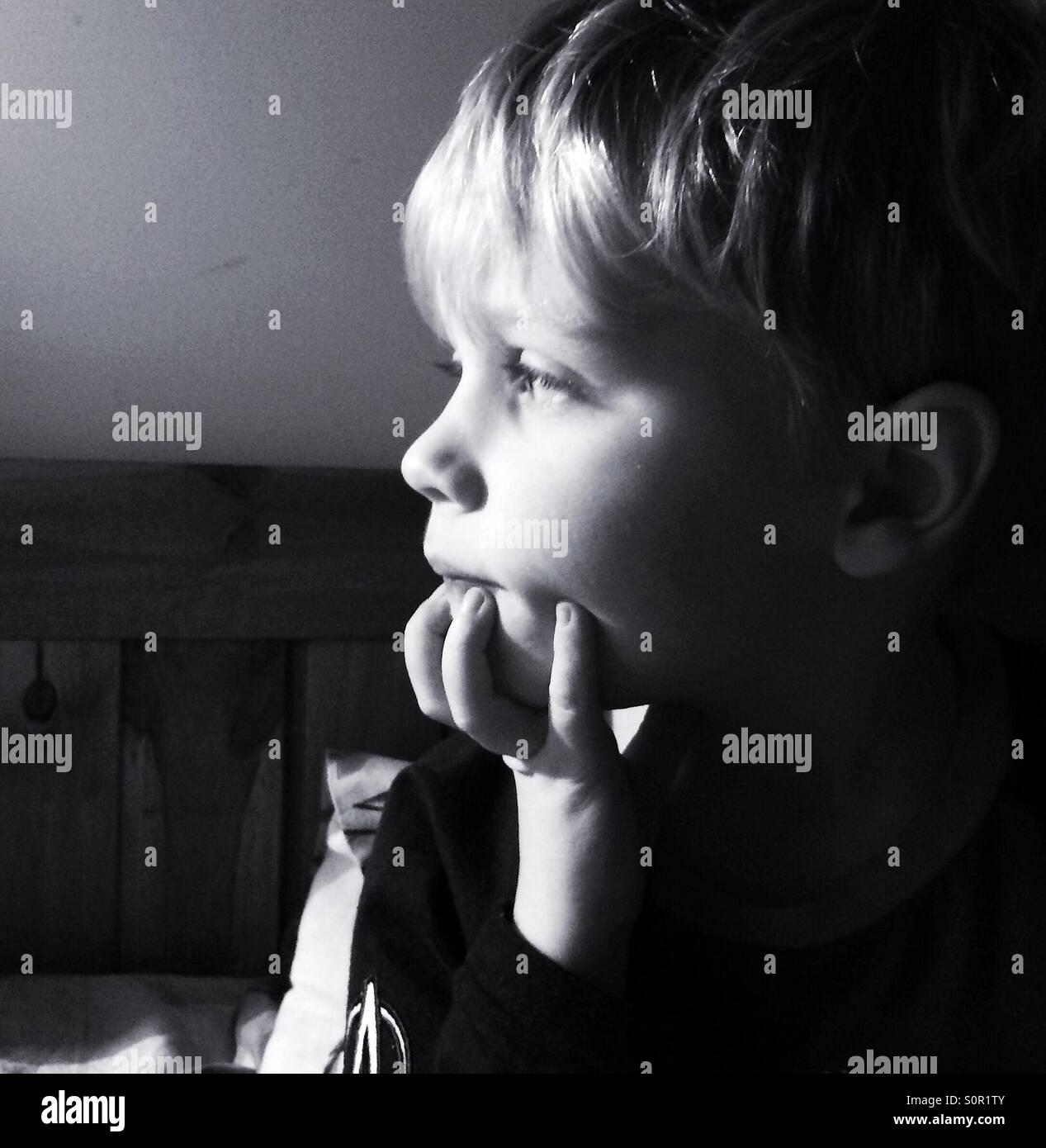 Niño aburrido Imagen De Stock