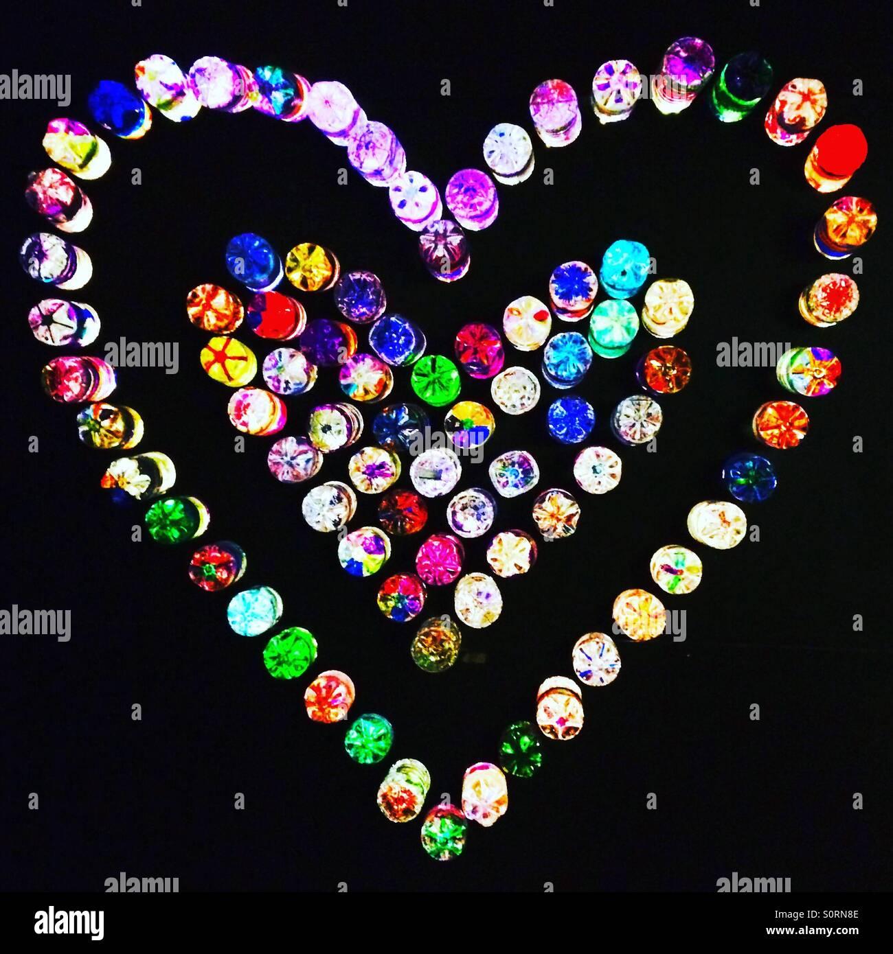 Un corazón de amor hecha de botellas de colores Imagen De Stock