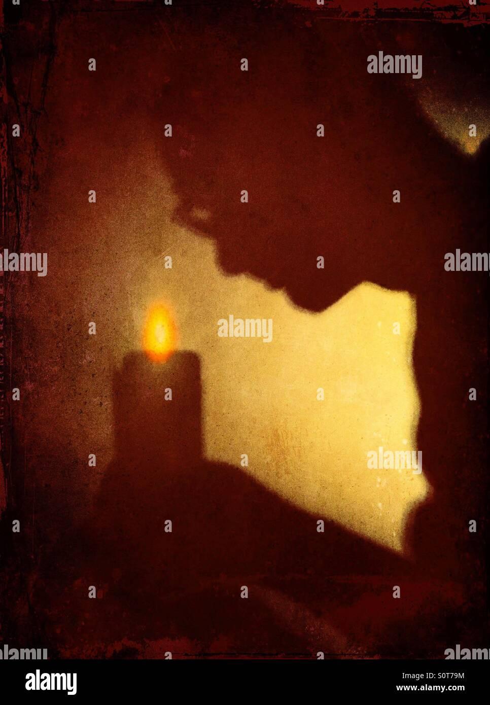 Sombra del hombre encorvado vela Imagen De Stock