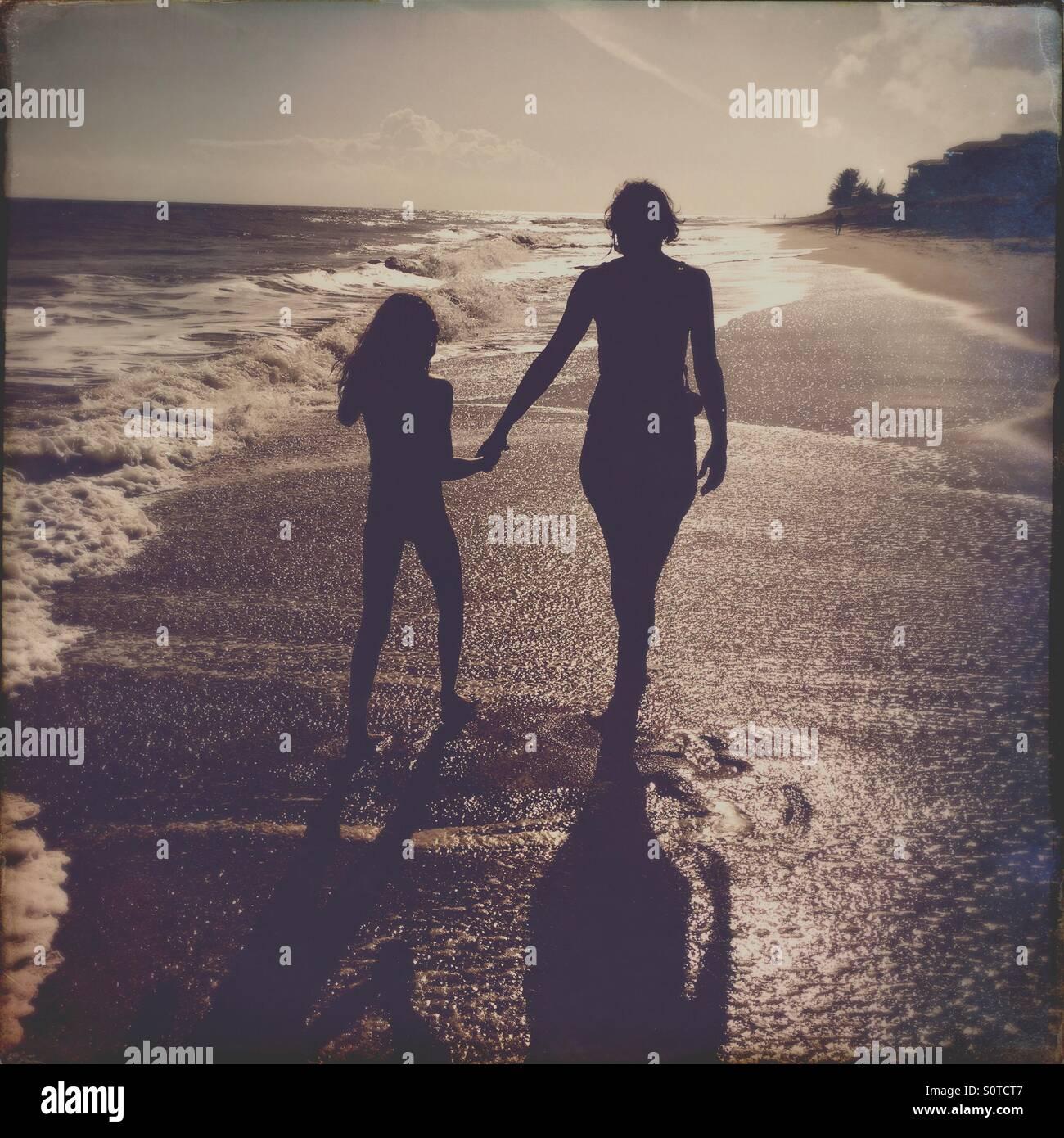 Madre e hija caminando en una playa de Florida Imagen De Stock