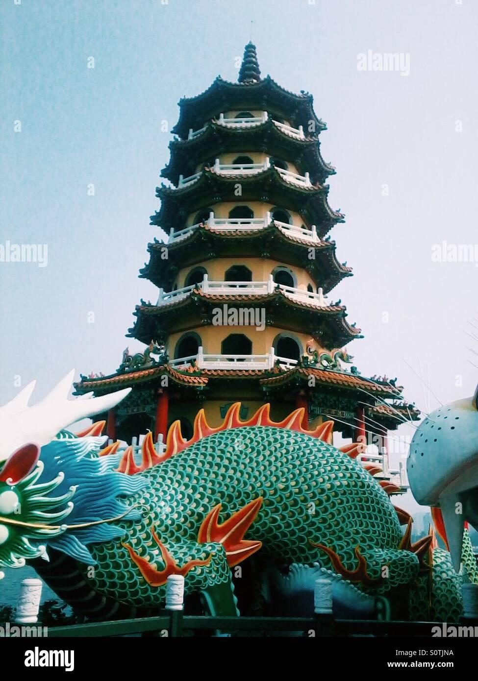 Una de las dos torres de la Pagoda del león y el Tigre en Kaohsiung, Taiwán Imagen De Stock