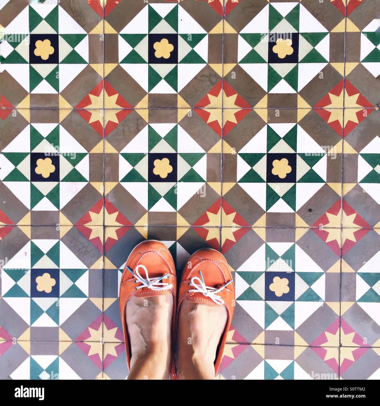 Mirando hacia abajo si los azulejos Peranakan Imagen De Stock