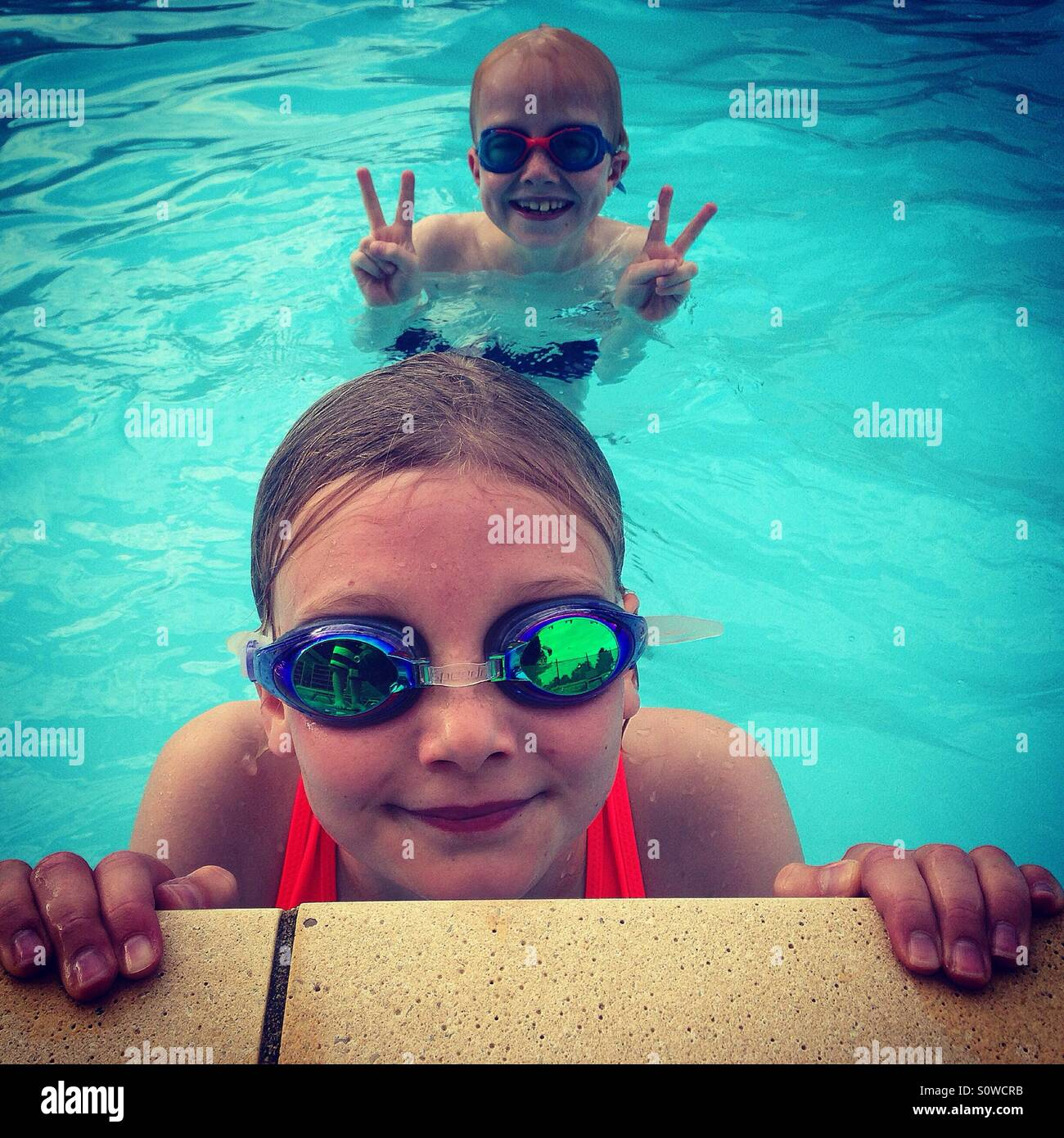 Los niños en la piscina Imagen De Stock