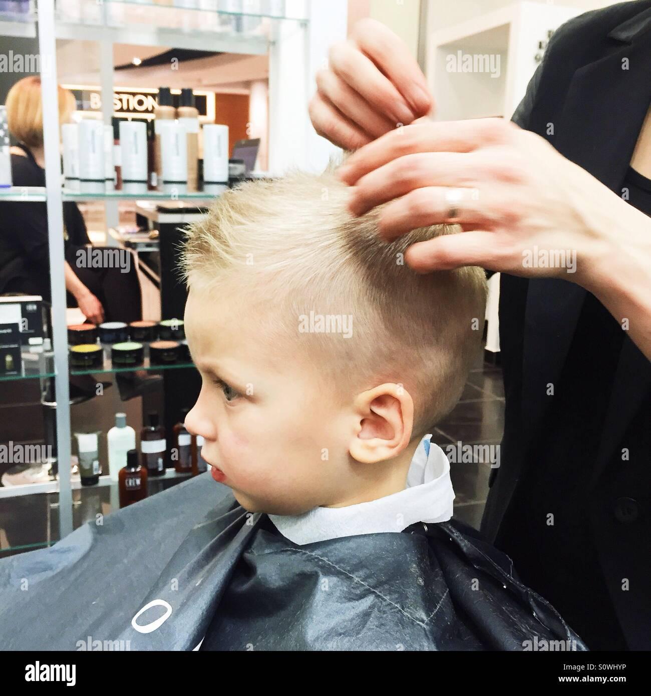 Niñito obteniendo su hairdone Foto de stock