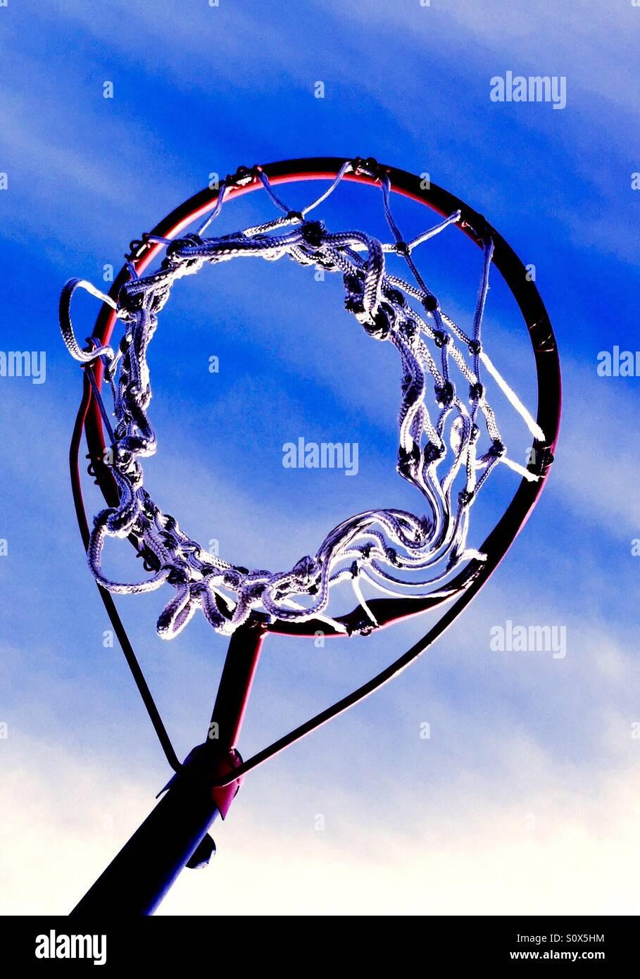 Mirando hacia un baloncesto net hacia un cielo azul. Imagen De Stock