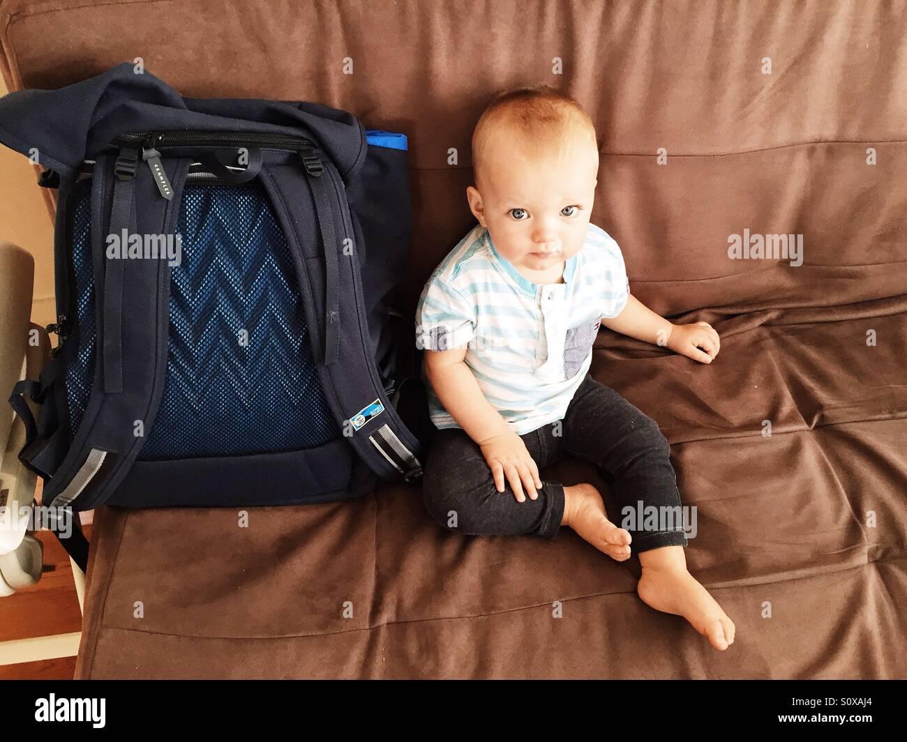 Cute little boy sentado en el sofá Imagen De Stock