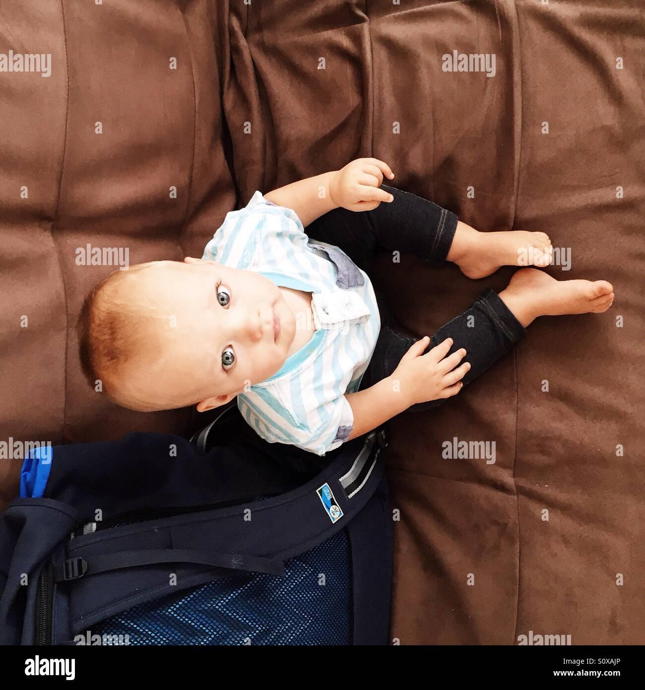 Little Baby Boy sentado en el sofá Imagen De Stock
