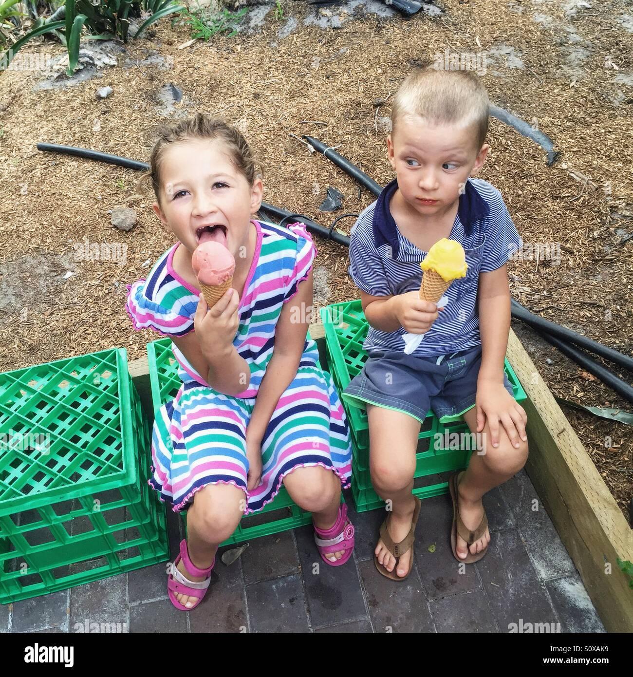 Niña y Niño comer helado Imagen De Stock