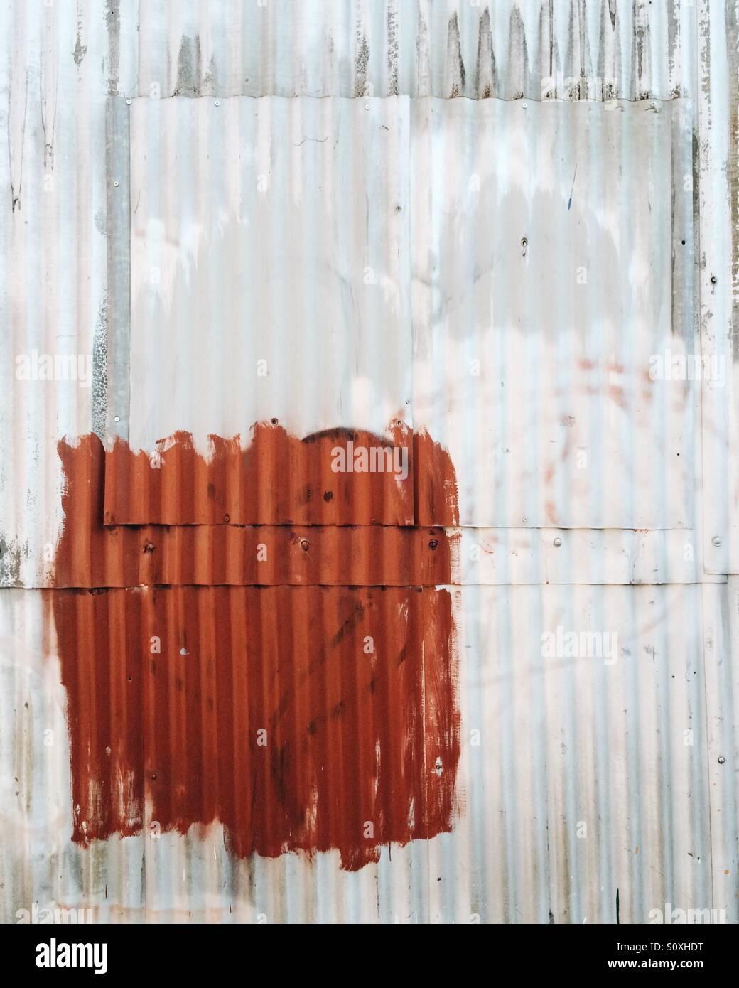 Resumen de hierro corrugado en el lateral de un edificio industrial en Burlington, Vermont. Imagen De Stock