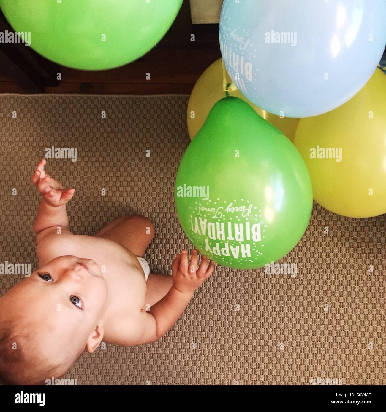 Birthday boy jugando con globos de cumpleaños Imagen De Stock