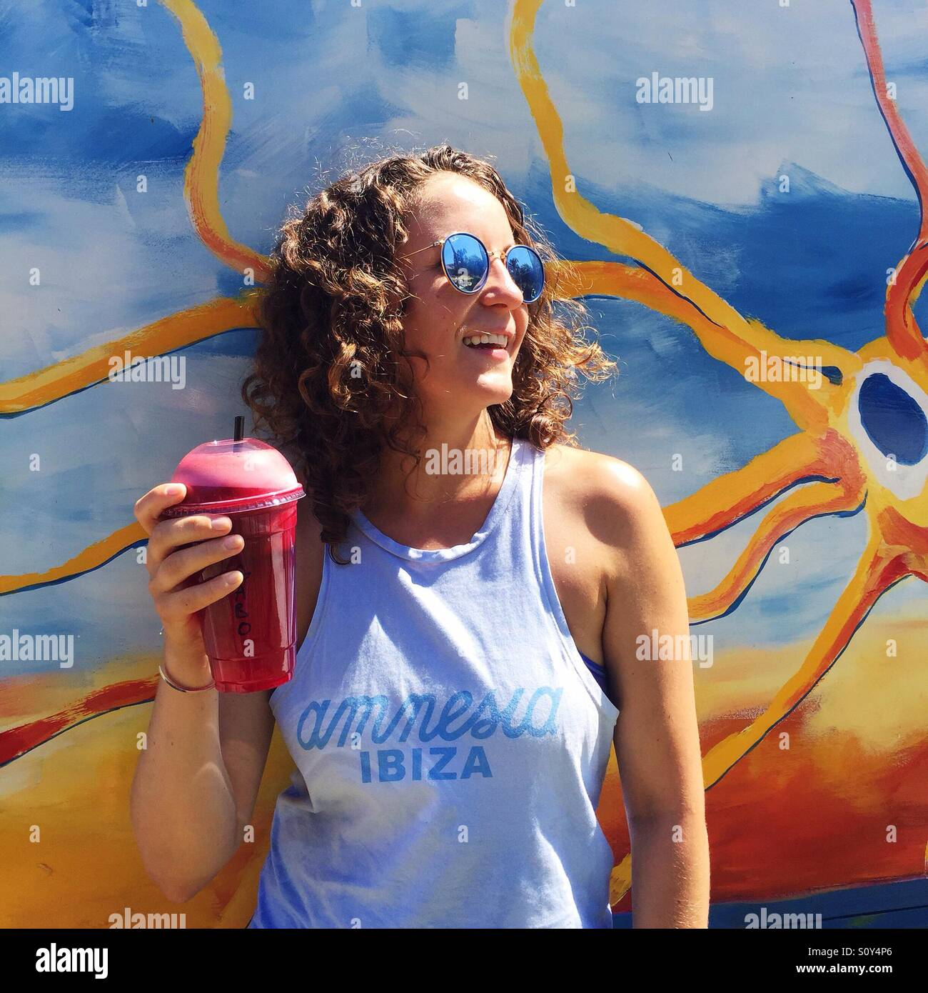 Mujer joven celebración bebidas saludables Imagen De Stock