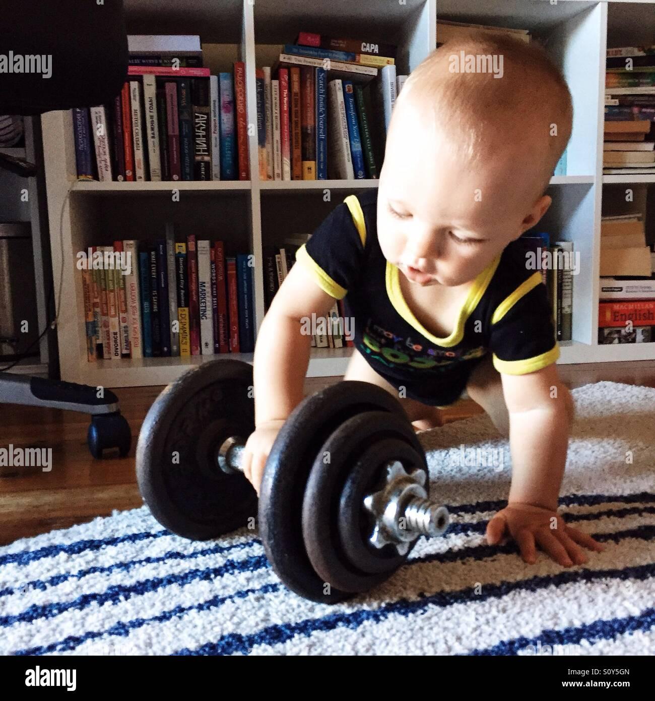 Niño jugando con equipo de gimnasio Imagen De Stock