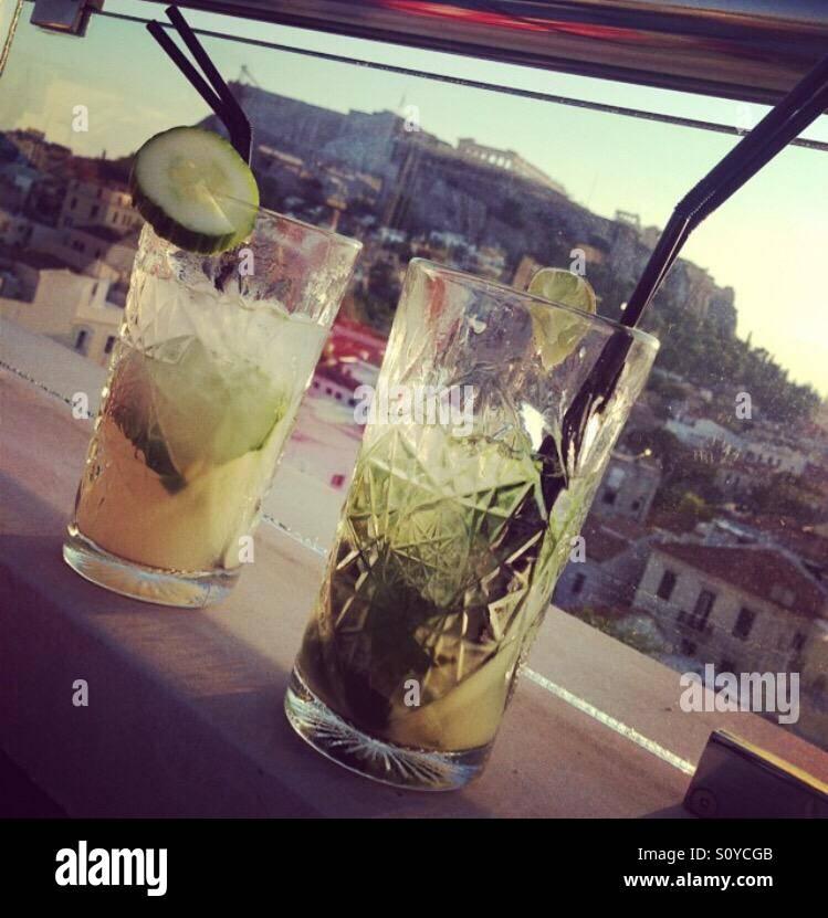 Cócteles con vistas a la Acrópolis, Atenas, Grecia Foto de stock