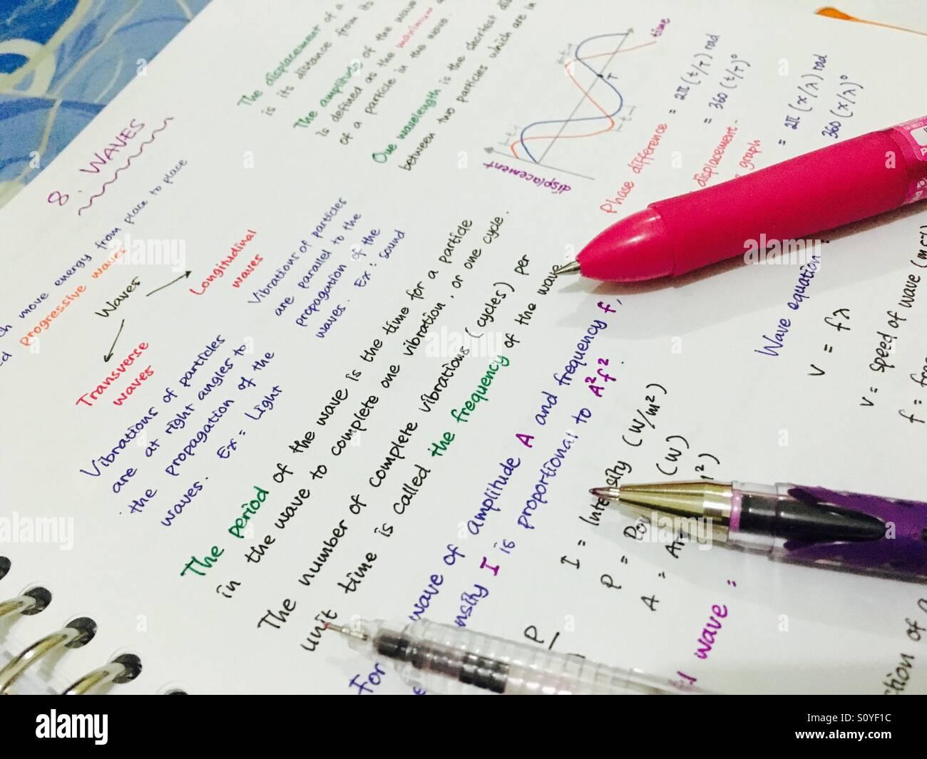 Colorido resumen de física con algunas plumas en el papel. Imagen De Stock