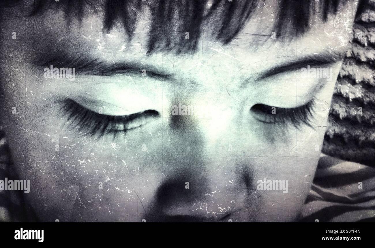 Cerca de los ojos de un joven. Imagen De Stock