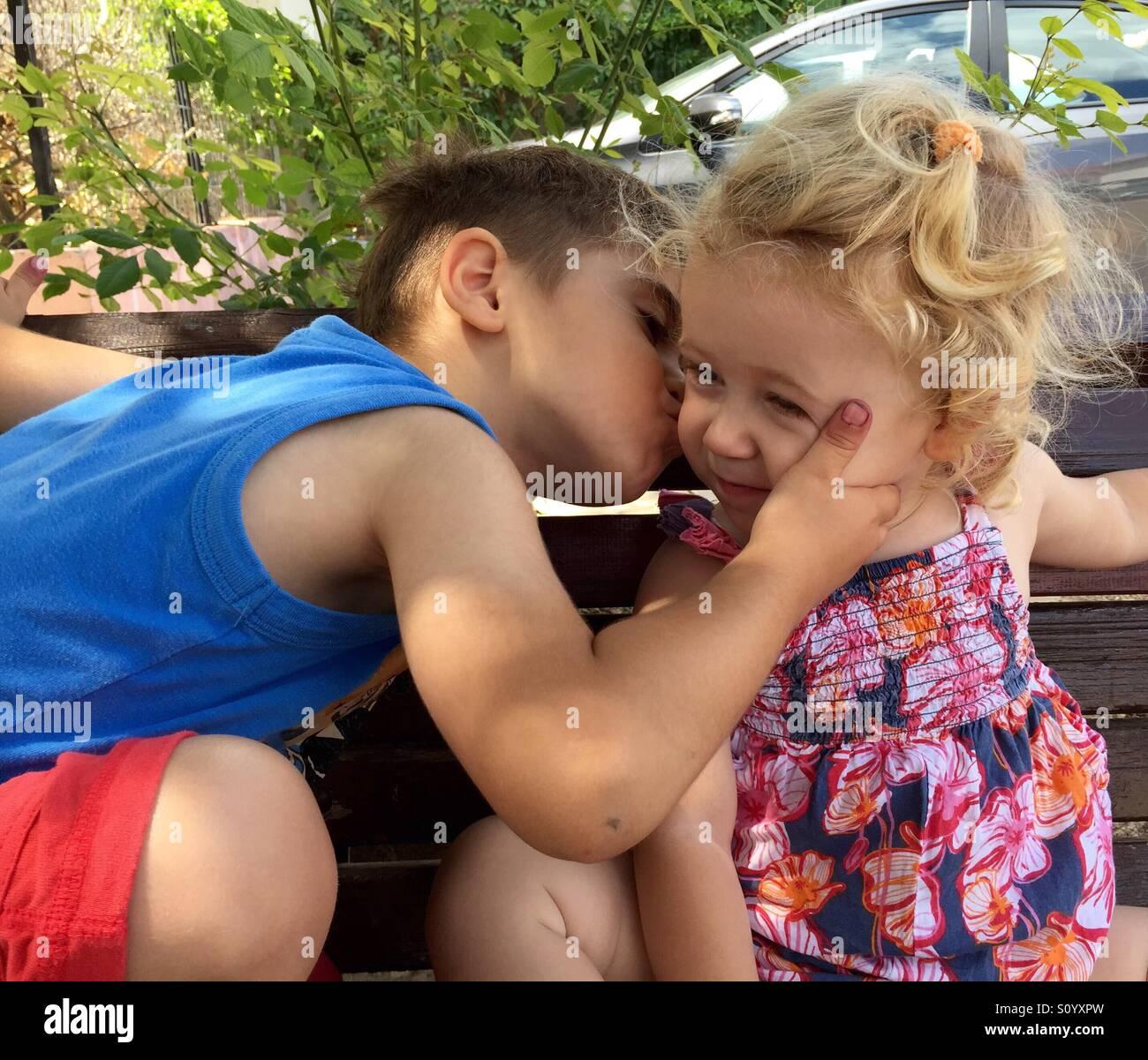 Hermano y hermana. Amor Imagen De Stock