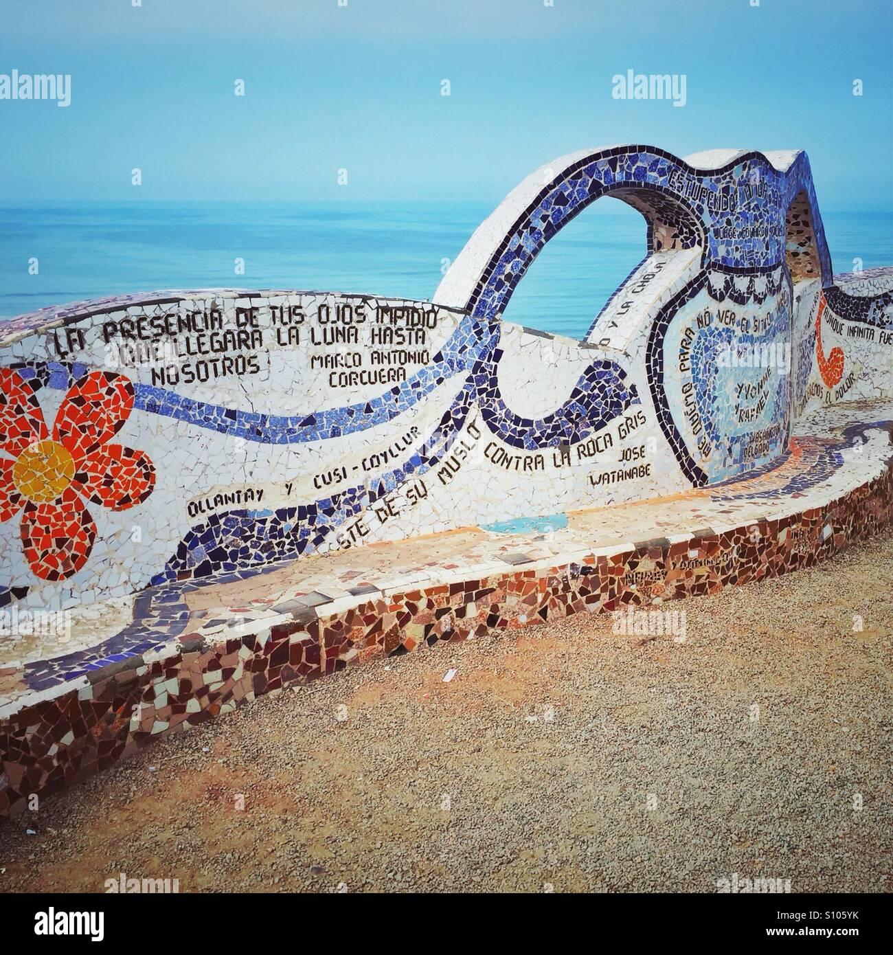 Banco de mosaico en el Parque del Amor, el barrio de Miraflores, Lima, Perú. Imagen De Stock