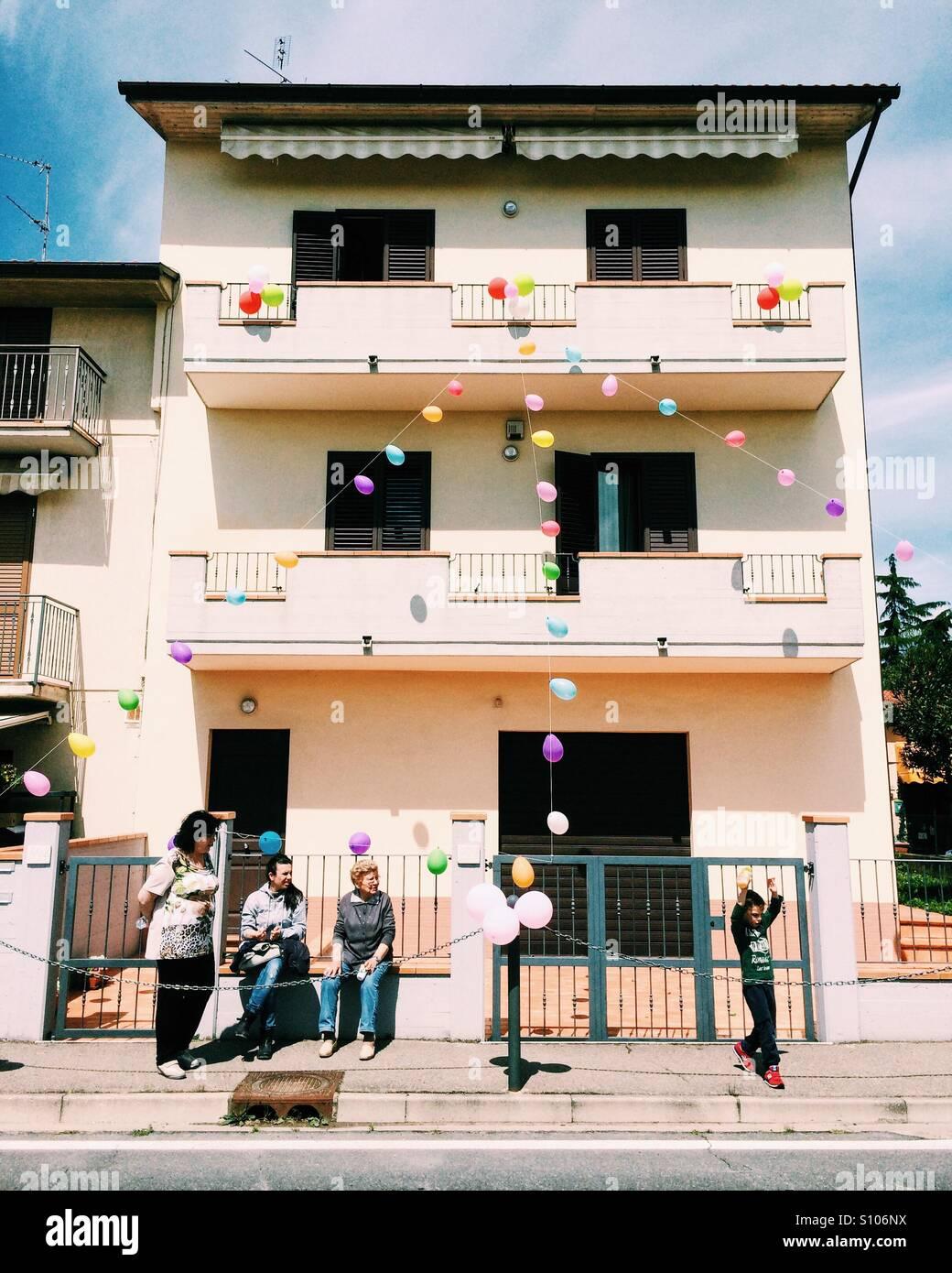 Los residentes de Quarata en Toscana preparando adornos para el Giro d'Italia 2016. Imagen De Stock