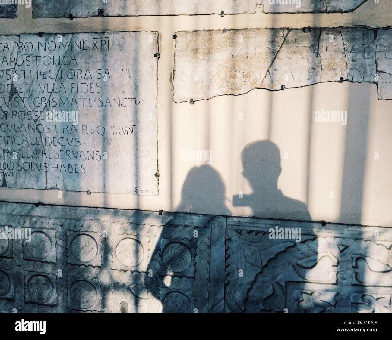 Sombra de una pareja de vacaciones en Roma, Italia, con la luz del atardecer y los fragmentos de la Antigua Roma Imagen De Stock