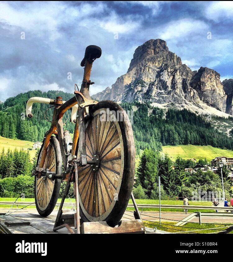 El Ciclismo Giro d'Italia viene a Corvara Dolomitas Italia Imagen De Stock