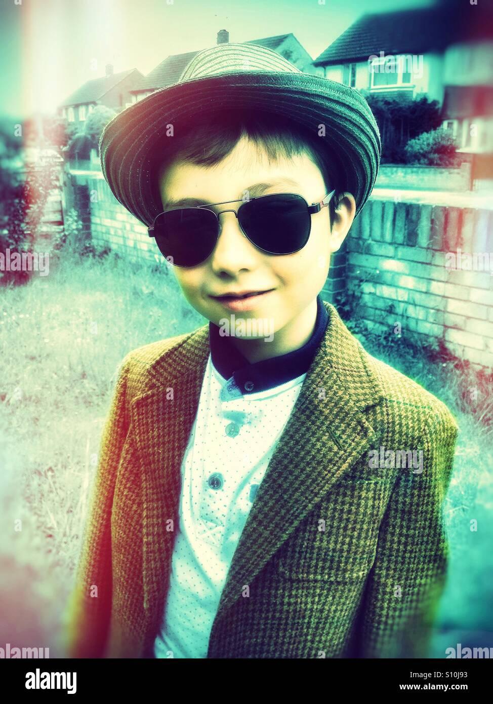 Un joven llevaba una gorra y gafas de sol. Imagen De Stock
