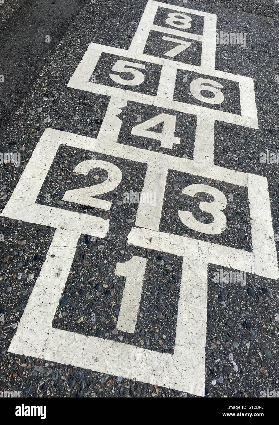 La rayuela cuadrícula numerada. Imagen De Stock