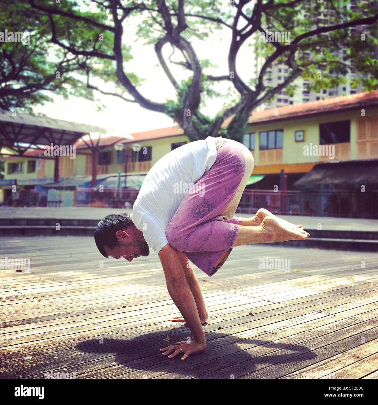 Bakasana O Grúa Pose Un Brazo De Yoga Balance Realizado Por