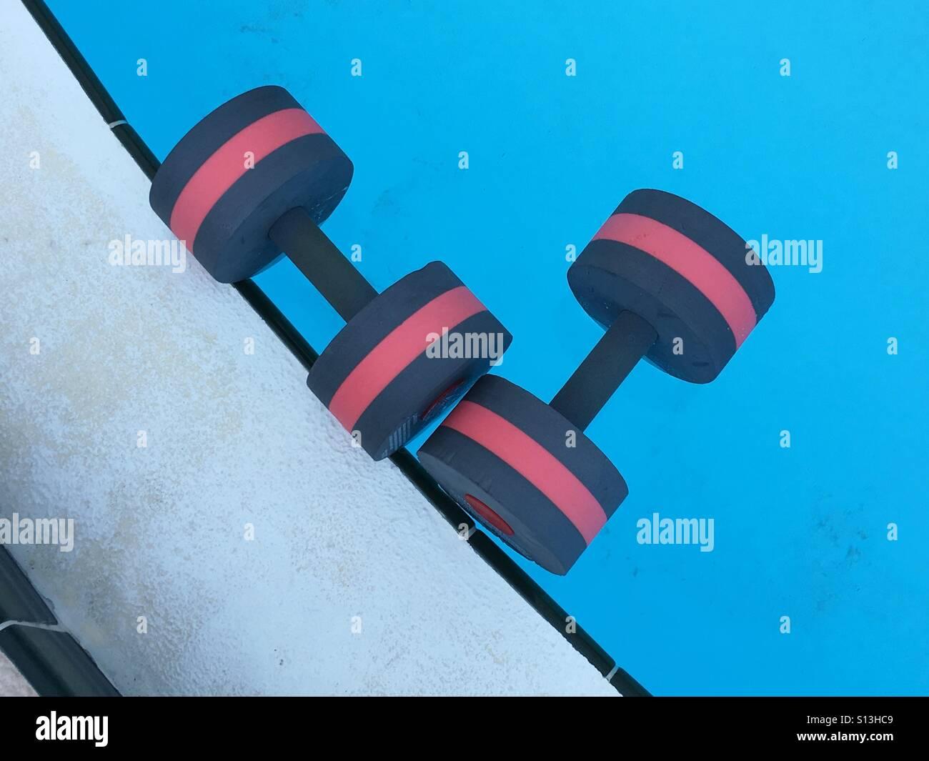 Ejercicios aeróbicos en el agua barras flotando en una piscina Imagen De Stock
