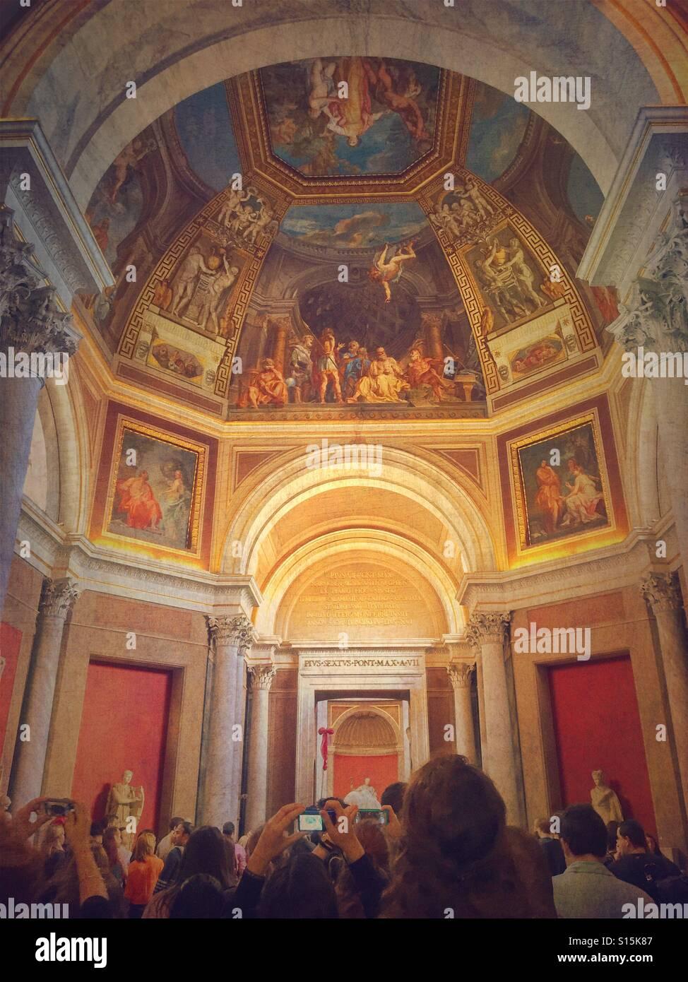 Multitud de tomar fotografías de los frescos en el interior del Museo del Vaticano. Foto de stock