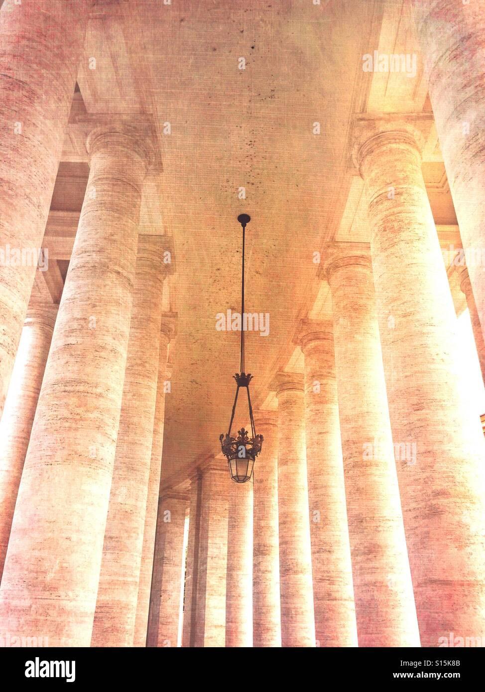 Ciudad del Vaticano - Vista de la columnata de la plaza de San Pedro. Vintage Textura de papel superpuestas. Foto de stock