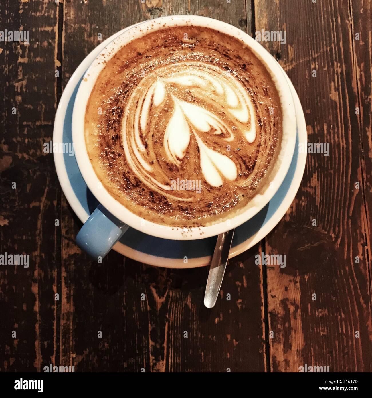 Cappuccino desde arriba, en British coffee shop Imagen De Stock