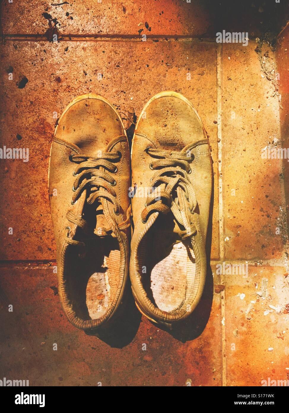Zapatos de hombre viejo en el suelo al aire libre Imagen De Stock
