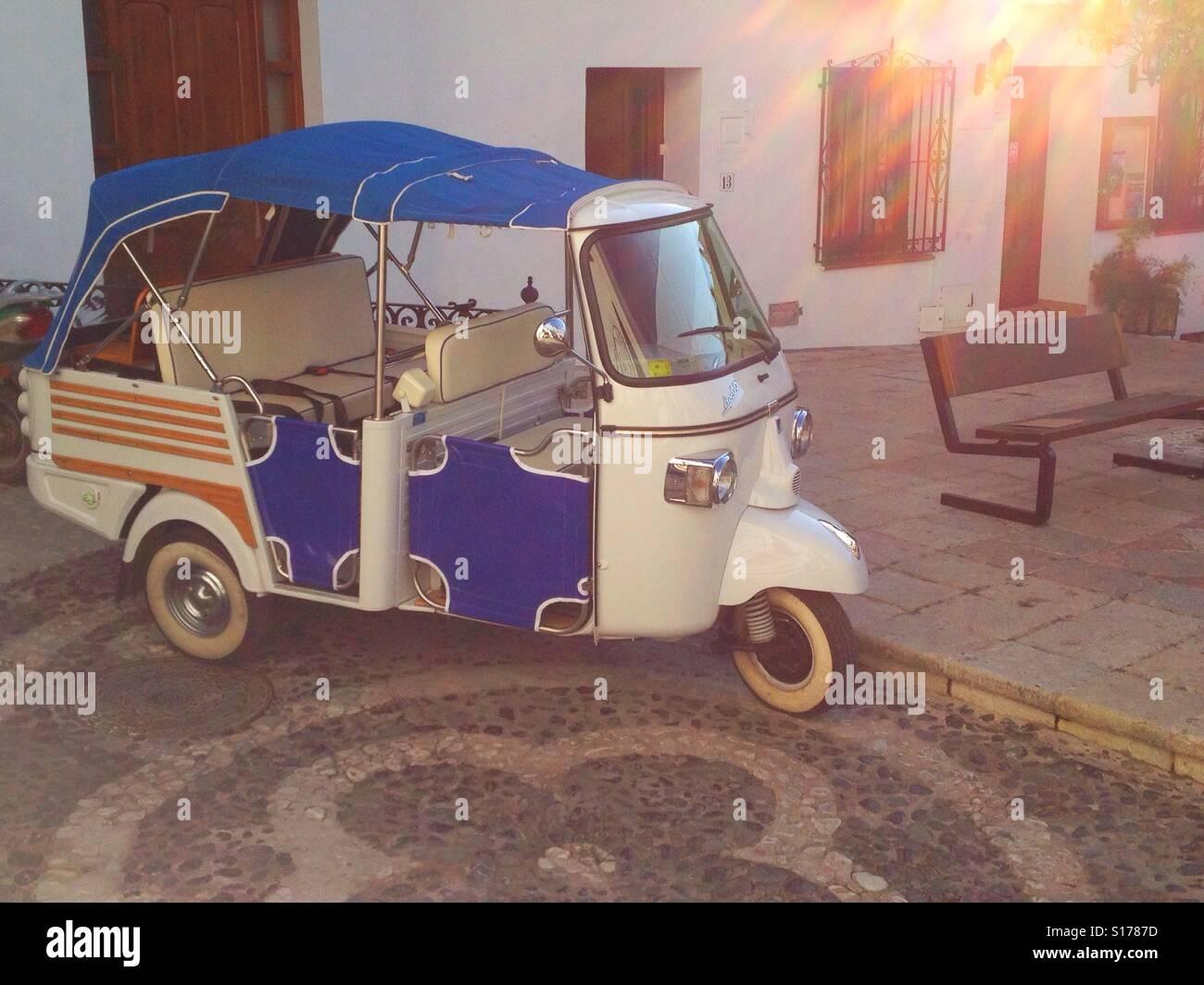Piaggio pequeño vehículo aparcado en la calle. Frigiliana, España Imagen De Stock