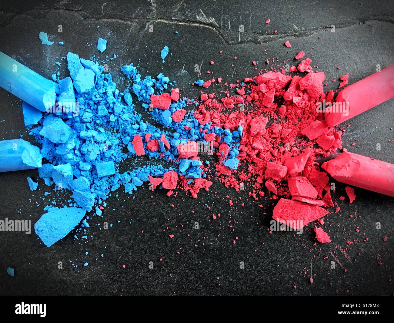 Una mezcla de polvo de tiza de color rosa y azul. Imagen De Stock