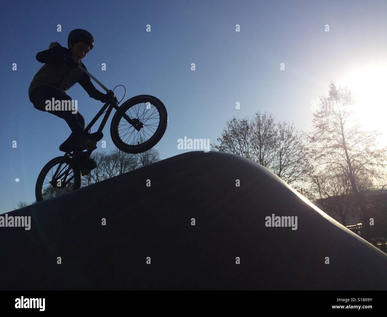 Stunt Biker en skate board park Bath Avon Imagen De Stock