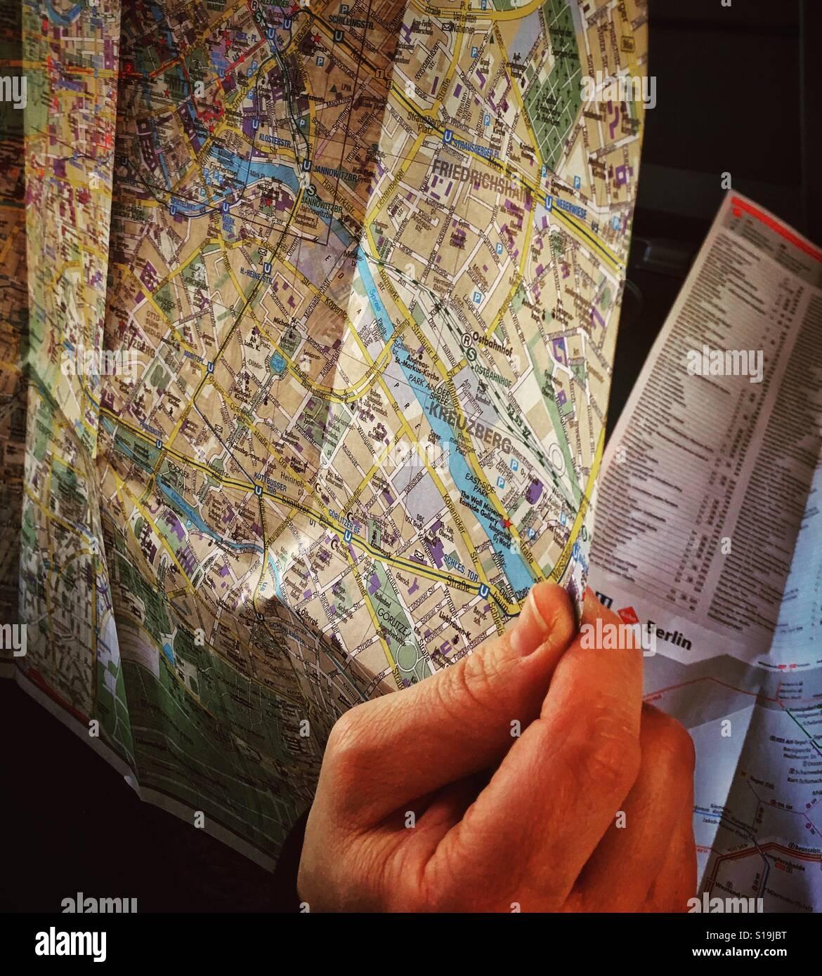 Una mano sujetando un mapa de la ciudad de Berlín, Alemania, Europa Foto de stock