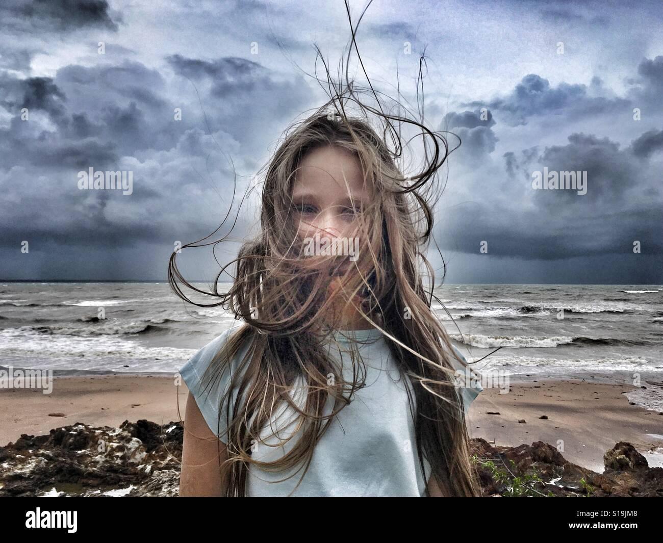 Niña en el viento. Imagen De Stock