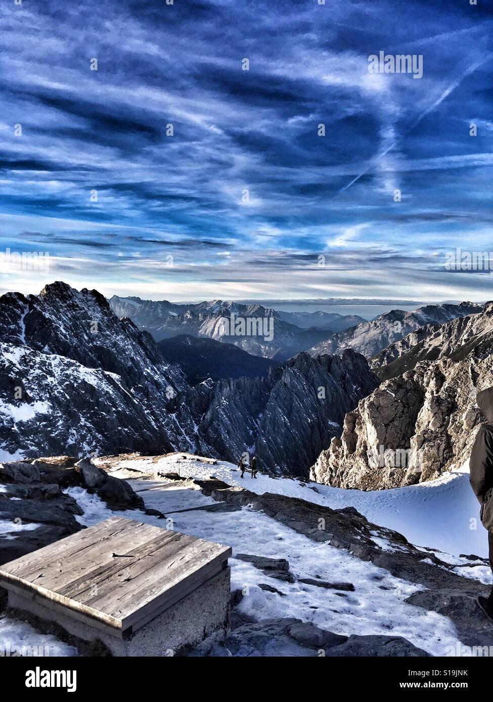 Mirando a través de los Alpes austríacos. Foto de stock