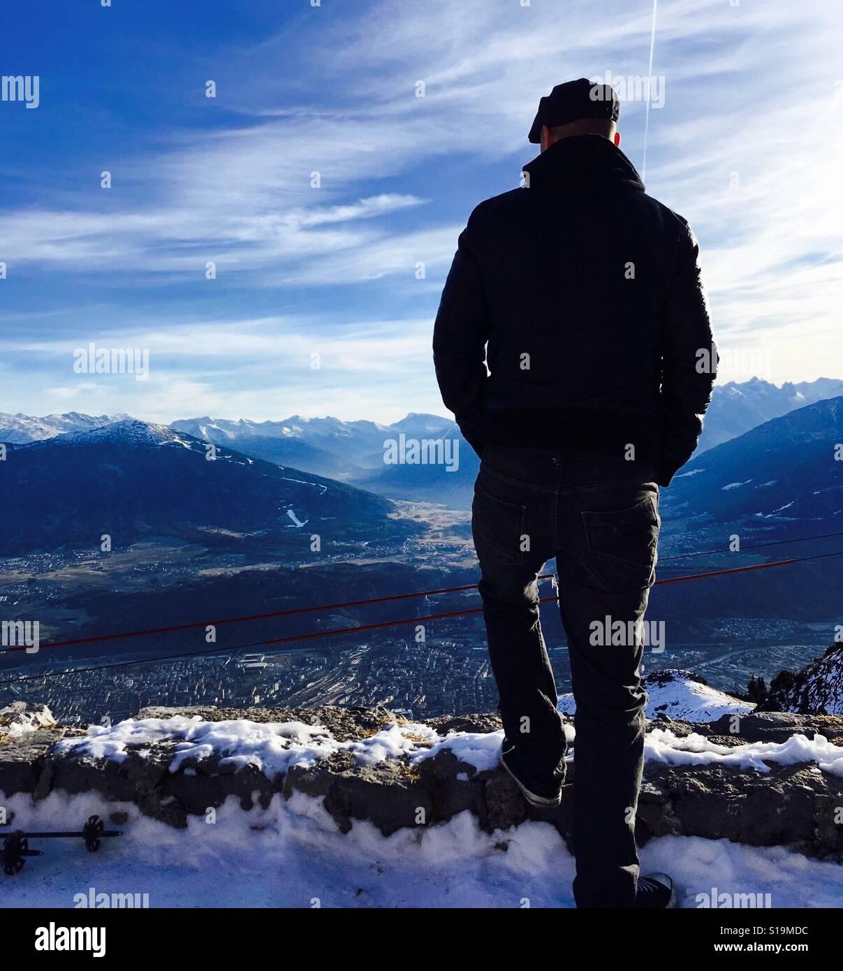 Mirando por encima de Innsbruck, en los Alpes austríacos. Foto de stock