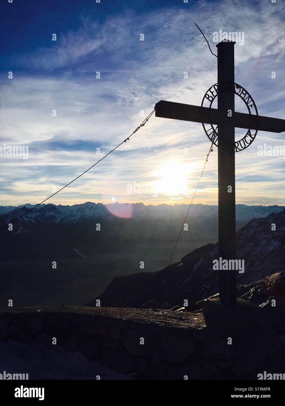 Cruz en los Alpes Foto de stock