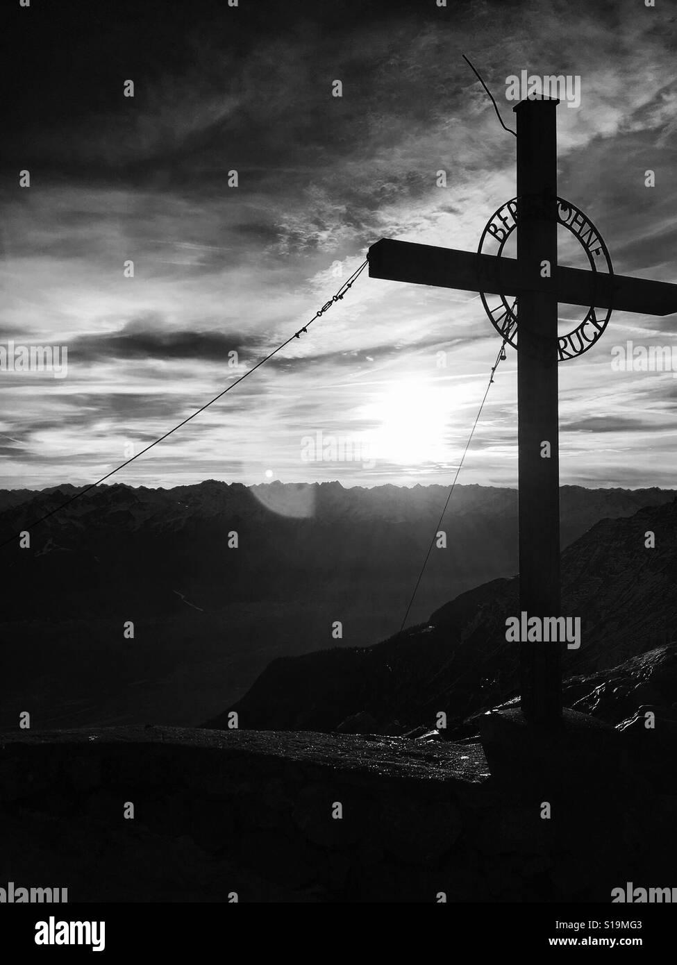 Cruz cristiana alta en los Alpes austríacos. Foto de stock