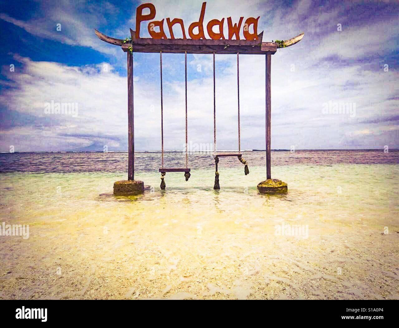 Especial de Pandawa, columpios en el mar en Indonesia Foto de stock