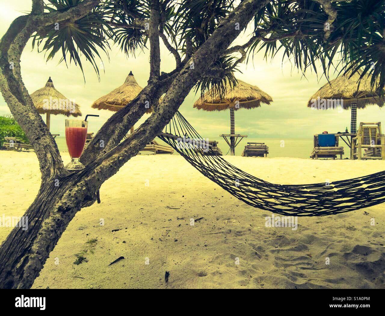 Hamaca y batido de sandía en árbol en Playa 😉 Foto de stock