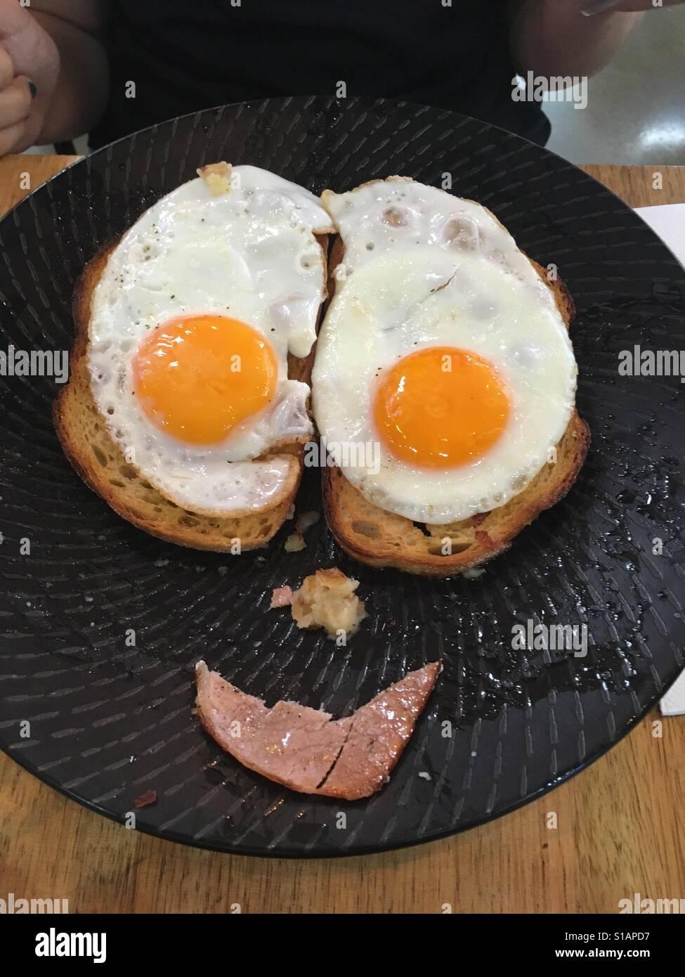 Smilin' huevos para desayunar Foto de stock